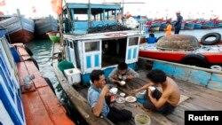 Ngư dân Việt Nam gặp rủi ro rất cao khi đánh bắt ở những khu vực mà các quốc gia láng giềng tuyên bố chủ quyền.