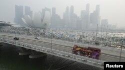 Singapura tertutup kabut asap akibat kebakaran hutan di Indonesia, September 2015.