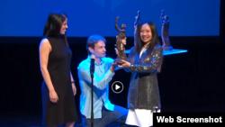 Ca sĩ Mai Khôi nhận Giải thưởng Quốc tế Havel 2018 tại Oslo, Na Uy, ngày 30/5/2018. Ảnh Facebook Olso Freedom Forum.