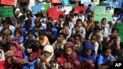 16일 말랄라 유사프자이 양의 쾌유를 기도하는 파키스탄 학생들. (자료사진)