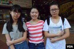 香港上智中學學生(左起)趙同學、何同學、陳同學都表示,因為要應付學校考試,不會參與立法會外支持否決政改的滾動集會。(美國之音湯惠芸攝)