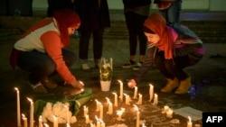 Warga meletakkan lilin untuk mengenang tiga orang mahasiswa muslim, korban penembakan di luar kampus Universitas North Carolina di Chapel Hill, North Carolina (11/2).