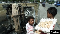 Anak-anak penjual telur di Atambua, wilayah yang berbatasan dengan Timor Leste dengan kesejahteraan minim. (Foto: Reuters)