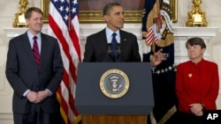 Obama al hacer el anuncio en la Casa Blanca junto a los dos exfiscales, Richard Cordray y Mary Jo White.