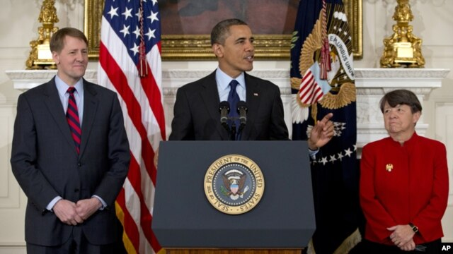 Tổng thống Obama loan báo ông sẽ đề cử bà Mary Joe White (phải) phụ trách Ủy ban Chứng khoán và tái đề cử ông Richard Cordray (trái) vào chức Giám đốc Cơ quan Bảo vệ Tài chánh người Tiêu dùng