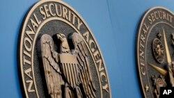 Lambang di luar kampus Badan Keamanan Nasional AS (NSA) di Fort Meade, Maryland. (AP/Patrick Semansky)