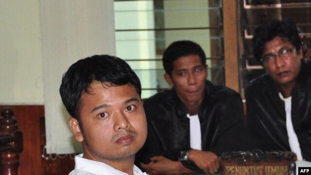 Alexander Aan, saat menghadiri sidang di pengadilan Muaro Sinjunjung, Sumatera Barat atas dakwaan penghinaan agama (14/6).