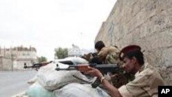5月25日在首都萨那一个广场旁的也门政府军士兵,示威群众在那个广场要求总统萨利赫下台