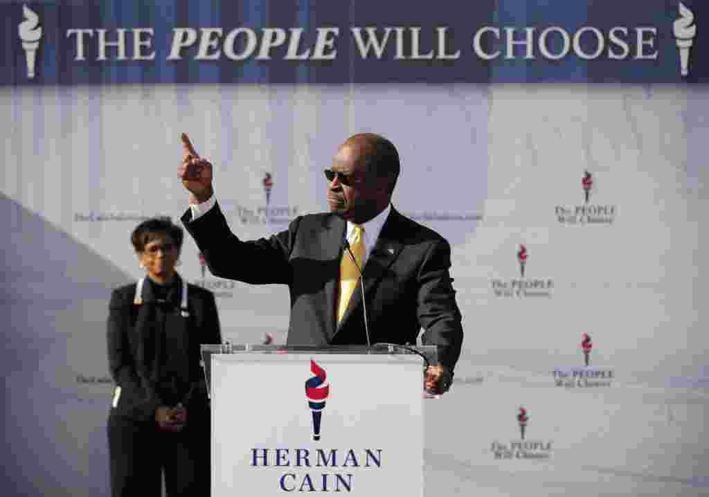 Herman Cain saat mengumumkan pengunduran dirinya dari bursa bakal calon presiden Partai Republik, Sabut, 3 Desember 2011 di Atlanta (AP).
