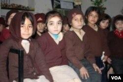 Shama (kiri) dan teman-teman sekelasnya.