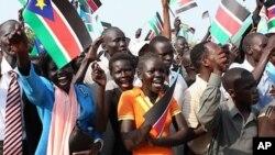 9일 남수단 독립기념식에 참석한 시민들이 국기를 흔들며 기뻐하고 있다.