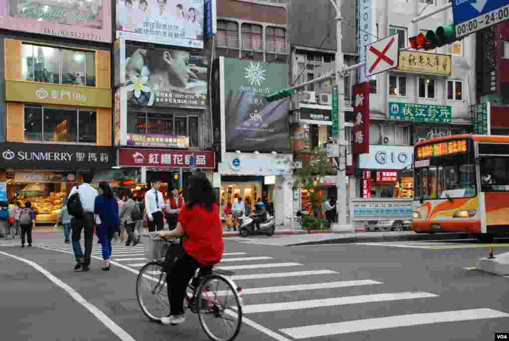 Suasana sebuah jalan di Taiwan. (VOA/Iris Tong)