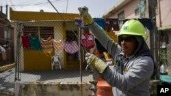 Ezequiel Rivera trabaja con Electric Energy Authority para restaurar líneas de distribución de energía dañadas por el huracán Maria en Puerto Rico.
