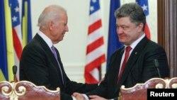 美國副總統拜登(左)星期五在基輔會晤烏克蘭總統波羅申科。