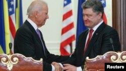 Джо Байден и президент Украины Петр Порошенко