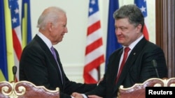 Tại cuộc họp báo chung với Tổng thống Ukraine Petro Poroshenko, Phó Tổng thống Mỹ Joe Biden gọi hành động của Nga ở Ukraine 'vi phạm trắng trợn' thỏa thuận ngừng bắn ký kết hồi tháng 9.