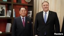 El secretario de Estado, Mike Pompeo, posa junto al vicepresidente del Comité del Partido de los Trabajadores de Corea del Norte, Kim Yong Chol, durante las conversaciones del viernes 18 de enero de 2019.