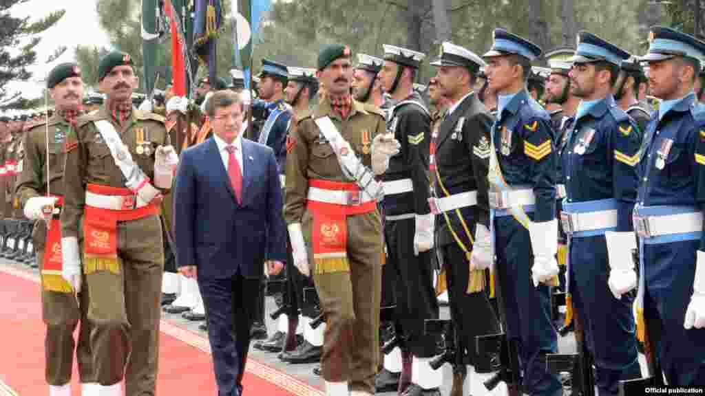 ترک وزیراعظم داؤد اغلو وزیراعظم ہاؤس پہنچے تو مسلح افواج کے چاق و چوبند دستے نے انہیں سلامی پیش کی۔