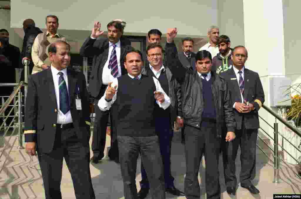 پاکستان میں قومی فضائی کمپنی پی آئی اے کی مجوزہ نجکاری کے خلاف ادارے کے ملازمین کا احتجاج جاری ہے۔