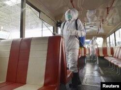 Дезинфекция троллейбуса в Пхеньяне, 22 февраля 2020 года