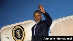 8일 자메이카 노르만 만레이 국제공항에 도착한 바락 오바마 미국 대통령이 손을 흔들고 있다.