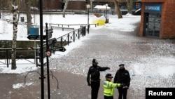 Cảnh sát Anh tại hiện trường nơi phát hiện ông Sergei Skripal và con gái bị hạ độc.