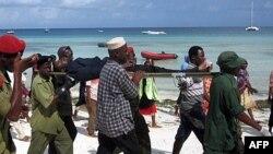Một nạn nhân của vụ chìm phà đang được đưa đến bệnh viện tại Nungwi, Zanzibar, ngày 10 tháng 9, 2011.