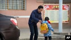 中國勞工權利活動人士華海峰在湖北省襄陽郊外送兒子去上學。(2017年12月18日)