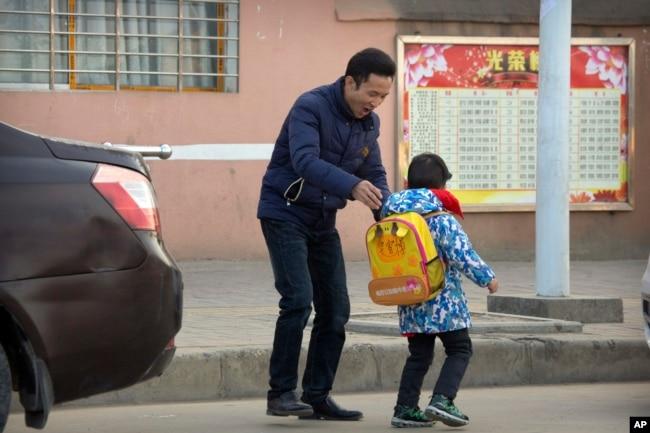 中国劳工权利活动人士华海峰在湖北省襄阳郊外送儿子去上学。(2017年12月18日)