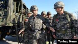 북한의 연평도 포격도발 3주기를 앞두고 최윤희 합참의장(왼쪽)이 11일 해병대 연평부대를 방문, 군사대비 태세를 점검하고 장병들을 격려했다.