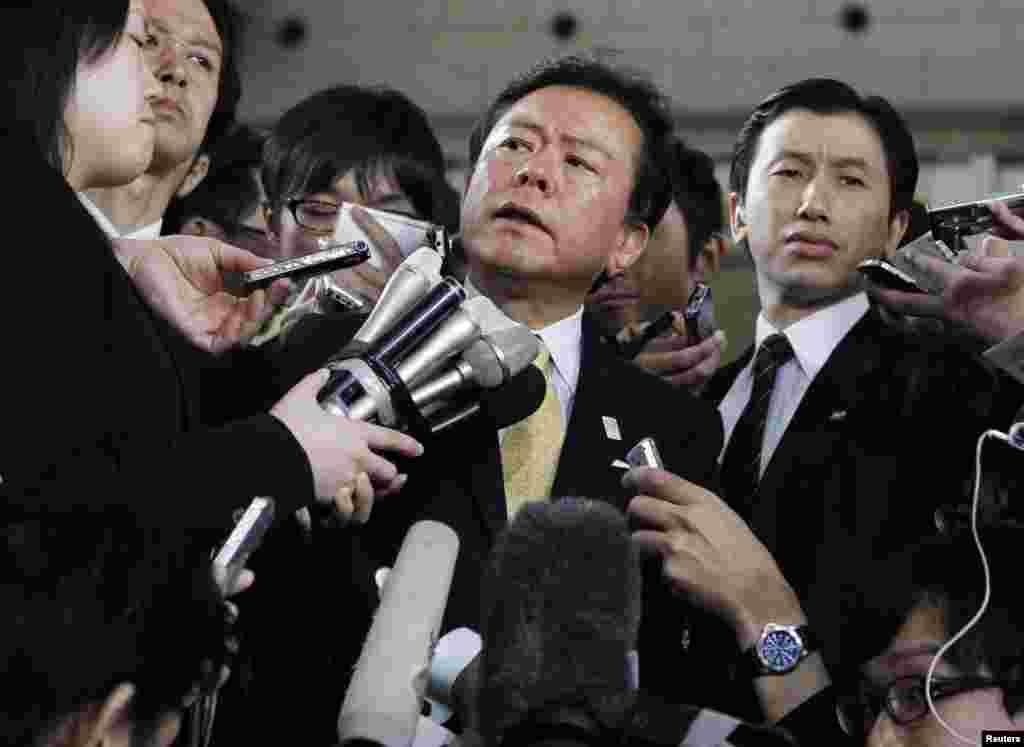 Các nhà báo vây quanh Ðô trưởng thành phố Tokyo (giữa) tại tòa thị chính thành phố ở Tokyo, Nhật.