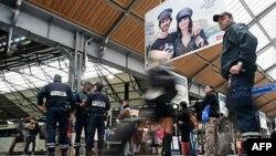 Francuska policija patrolira železničkom stanicom Sen Lazar u Parizu posle evakuacije zbog lažne dojave o bombaškom napadu, 27. septembar 2010.