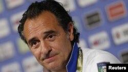 Pelatih kesebelasan Italia Cesare Prandelli dalam konferensi pers Piala Eropa 2012 di Krakow (19/6).