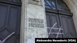 Ulaz u zgradu Rektorata Univerziteta u Beogradu koji je pod blokadom od strane studenata, Foto: VOA