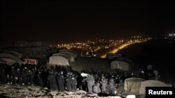 이스라엘 경찰이 13일, 요르단강 서안에서 천막을 치고 농성중이던 팔레스타인 시위자들을 몰아내고 있다.