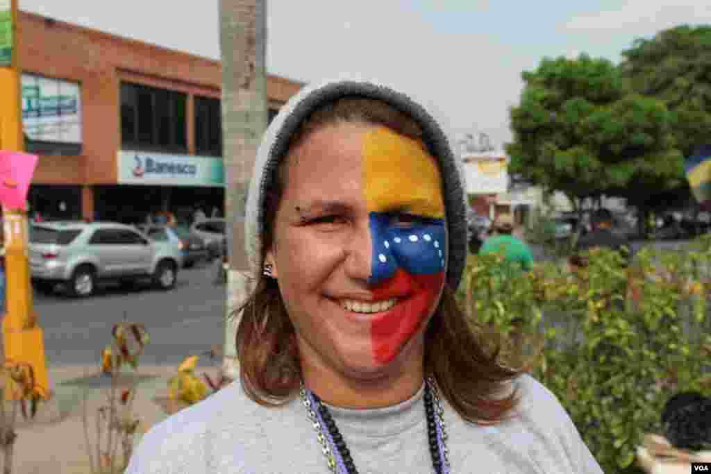 Jóvenes venezolanos se maquillan con los colores de la bandera de Venezuela para invitar a votar el domingo 14 de abril. [VOA]