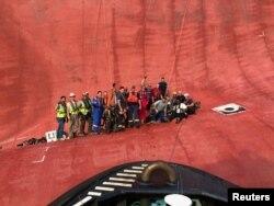 미국 동부 해안에서 뒤집힌 골든레이 호 선원 구조에 참여한 미국 해안경비대와 구조요원들이 배에 갇혔던 한국인 선원들의 구조에 성공한 후 기념촬영을 했다.