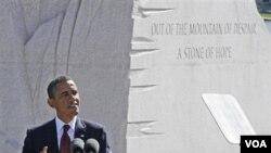 """El presidente Obama ante el monumento a King, con el marco de la frase del líder de los derechos civiles: """"extraer una roca de esperanza de la montaña de la disparidad""""."""