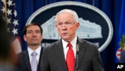 美国司法部长塞申斯在司法部宣布对涉及中国商业间谍所展开的刑事执法行动。(2018年11月1日)
