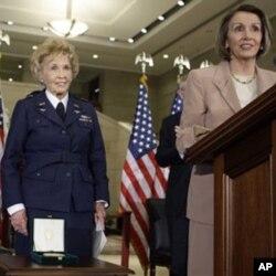 退役女飞行员迪尼•帕利斯(左)在国会授奖仪式上,右前是美众院议长佩洛西