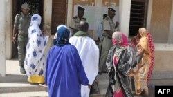 Quelques attendent à l'extérieur d'un bureau de vote lors du référendum constitutionnel à Nouakchott, le 5 août 2017