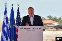 ABD Dışişleri Bakanı Mike Pompeo Yunanistan ziyareti kapsamında gittiği Girit Adası'ndaki Suda Üssü'nde basın toplantısı düzenlerken.