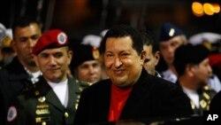 Tổng thống Venezuela Hugo Chavez đến sân bay Simon Bolivar ở Caracas ngày 16/3/2012 khi ông trở về từ Cuba