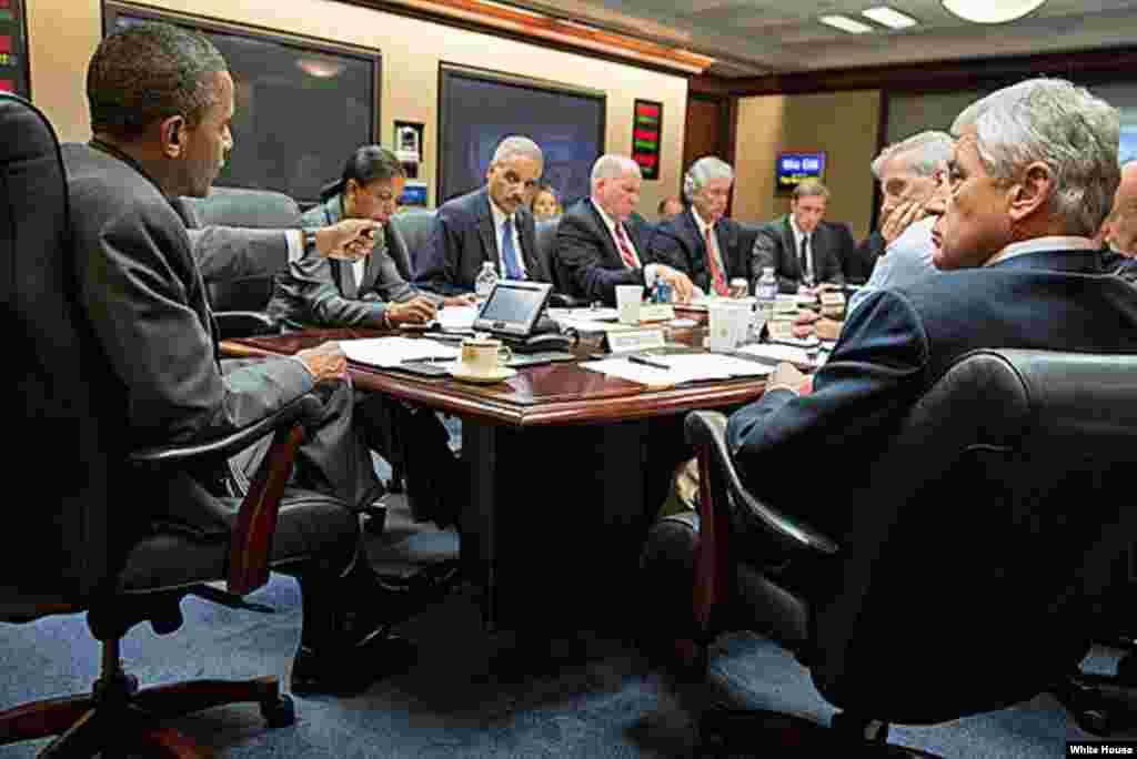 2013年7月3日,美国总统奥巴马在白宫局势研究室与国家安全团队成员开会讨论埃及局势。
