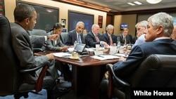 2013年7月3日,美國總統奧巴馬在白宮局勢研究室與國家安全團隊成員開會討論埃及局勢。