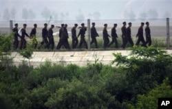 중국의 북한 접경 도시 단둥에서 바라본 북한 측 병사들. (자료사진)