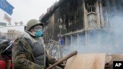 Các cuộc biểu tình chống ông Yanukovych bắt đầu hồi cuối tháng11 sau khi tổng thống Ukraina thoái lui trước các quan hệ kinh tế và chính trị chặt chẽ hơn với Liên hiệp châu Âu để ngả qua một chương trình cứu nguy 15 tỷ đôla của Nga