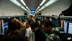 Des migrants bloqués à bord d'un train à Munich, en Allemagne à la gare Keleti à Budapest, Hongrie, le lundi 31 août 2015.