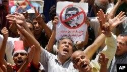Dân Ai Cập biểu tình chống nhóm Huynh đệ Hồi giáo biểu tình ở Quảng trường Tahrir. Nhóm này dự định tiến hành một cuộc biểu tình lớn vào Chủ nhật 30 tháng 6, cương quyết yêu cầu Tổng thống Morsi từ chức