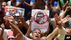 6月28日,在开罗的解放广场,示威者高呼反对穆尔西总统的穆斯林兄弟会的口号。